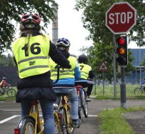 Radfahrende Kinder vor der Ampel